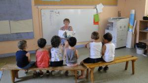 Présentation d'un livre aux enfants de petite section