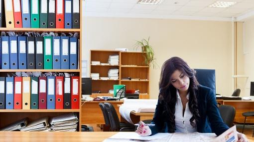 Entrepreneuse dans son bureau pour présenter la section Annuaire des professionnels