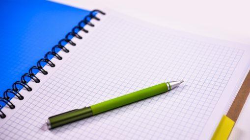 Cahier à spirale et stylo pour présenter la section Créer son association