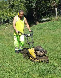 Notre agent technique Fabrice Born en train de tondre la pelouse